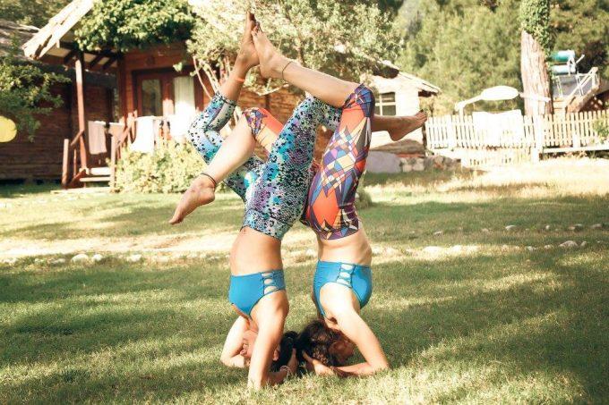 elvin-levinler-elif-tanverdi-cizenbayan-elvinimin-partner-yoga-headstand