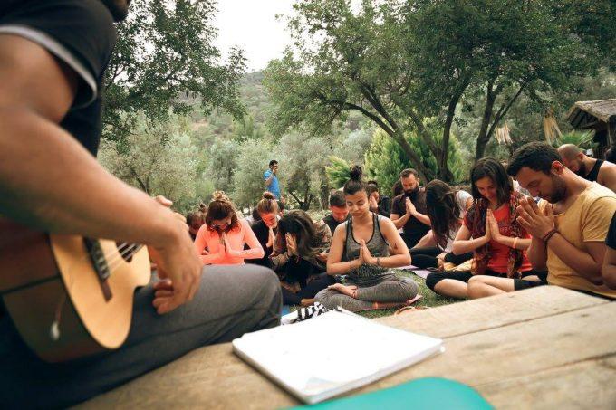 ukulele-mantra-singing-yoga-dream-festival-mathieu-boldron